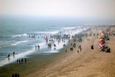 Beach_goers_cox's_bazar_beach[1]